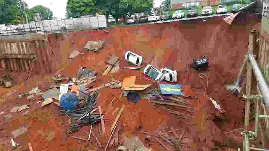 Cratera se abre e engole veículos em Brasília - Divulgação/Polícia Civil