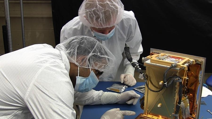 Pesquisadores observam o Rexis, espectrômetro de raios X usado na sonda Osiris-Rex - Divulgação/Nasa