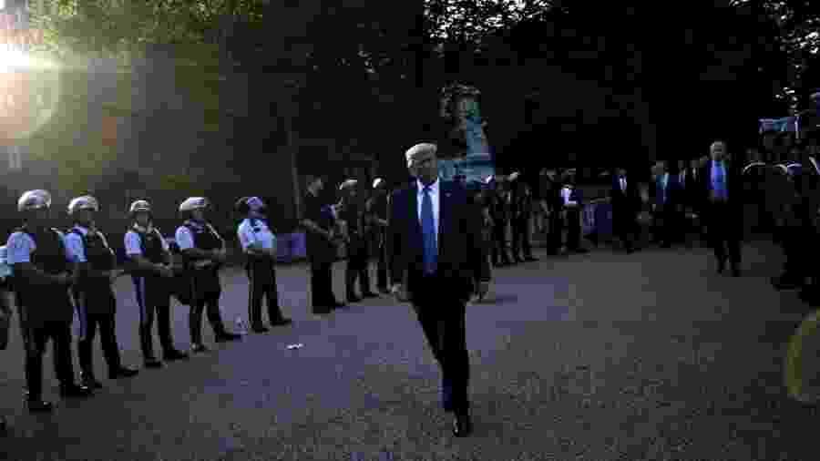 O presidente dos Estados Unidos, Donald Trump, é cercado por seguranças ao caminhar em direção ao Lafayette Park em Washington, DC, após sugerir que a Guarda Nacional seja usada nas ruas - Brendan Smialowski / AFP