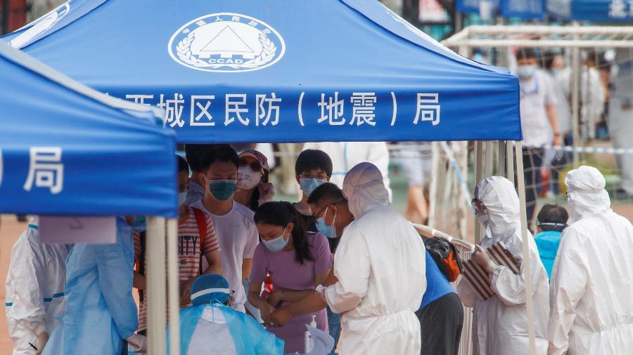 Pessoas fazem fila para serem submetidas a teste para Covid-19 em Pequim - THOMAS PETER