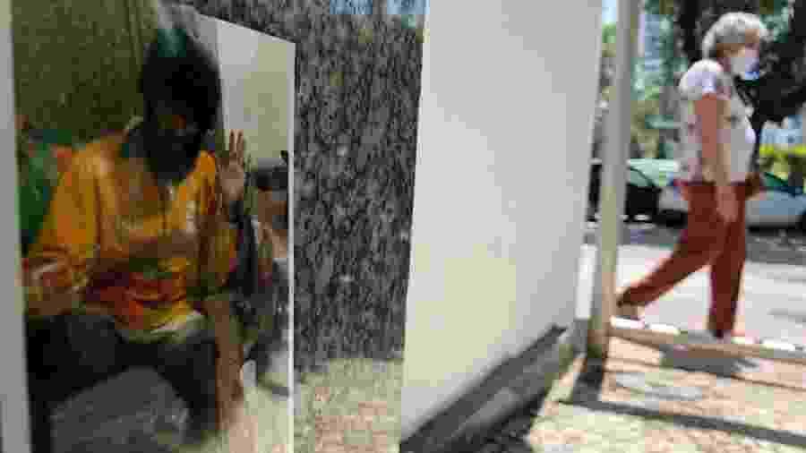 3.dez.2020 - Fotos de Carlos Eduardo Pires de Magalhães, o morador de rua que morreu após pedir ajuda em uma padaria na zona sul do Rio de Janeiro, foram colocadas em frente à agência bancária onde ele dormia - Herculano Barreto Filho/UOL
