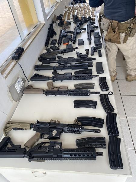 PRF encontrou 12 fuzis, além de duas pistolas, 24 carregadores e 1.381 cartuchos de munição - PRF/Divulgação