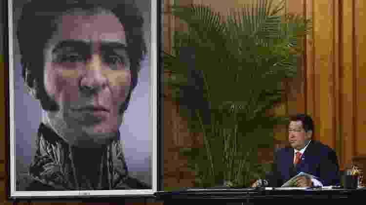 Hugo Chávez, quando era presidente da Venezuela, mandou exumar os restos mortais de Simón Bolívar para fazer um novo retrato - AFP - AFP