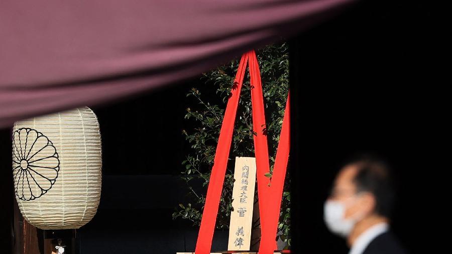 Oferenda ritual enviada pelo primeiro-ministro japonês Yoshihide Suga ao santuário shinto Yasukuni, em Tóquio - STR/Jiji Press/AFP