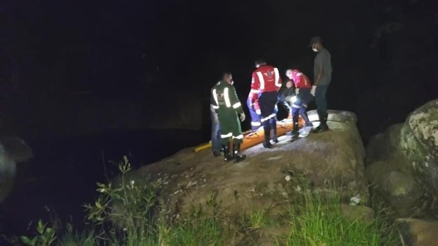 Equipe faz resgate em cachoeira em MG - Reprodução/Facebook Alerta Barão Notícias