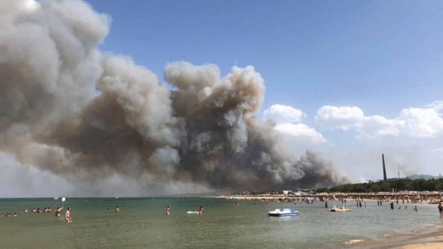 Os incêndios na Itália chegaram às praias de Pescara. Muitas estruturas temporárias, além de guarda-sóis e cadeiras, foram destruídas pelas chamas - Reprodução