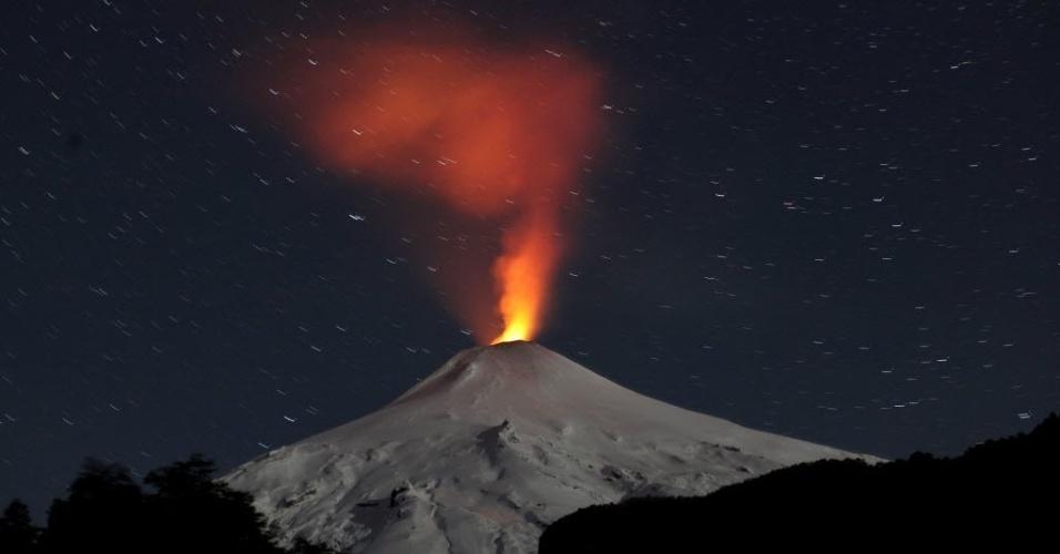 23.jun.2015 - Vulcão Villarrica está em plena atividade em Pucón, no sul do Chile. A foto foi tirada na segunda-feira (22) e divulgada nesta terça-feira (23)