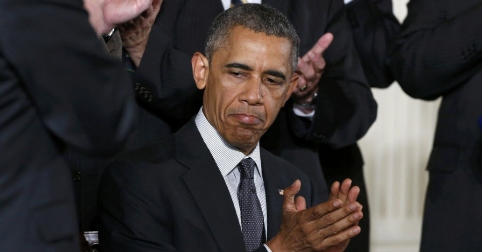 O presidente dos Estados Unidos, Barack Obama, aplaude a cerimônia de assinatura da resolução que retira o imposto de 10% cobrado da aposentadoria de funcionários da segurança pública, realizada nesta segunda-feira (29), na Casa Branca, em Washington