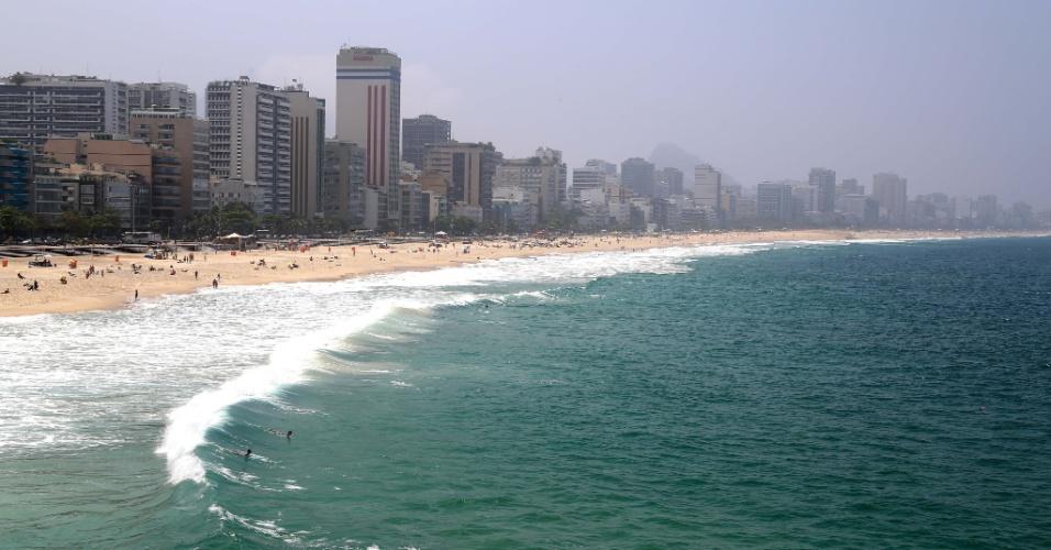 24.set.2015 - O fim de semana nas praias da orla da zona sul carioca foi marcado por cenas de arrastões e violência generalizada. Muitos que pensavam aproveitar o forte calor na cidade acabaram sendo vítimas de roubos, assaltos e entraram em pânico com a correria na areia. Houve tumultos em Copacabana, no Arpoador, em Ipanema e em Botafogo. Pelo menos 30 pessoas foram detidas