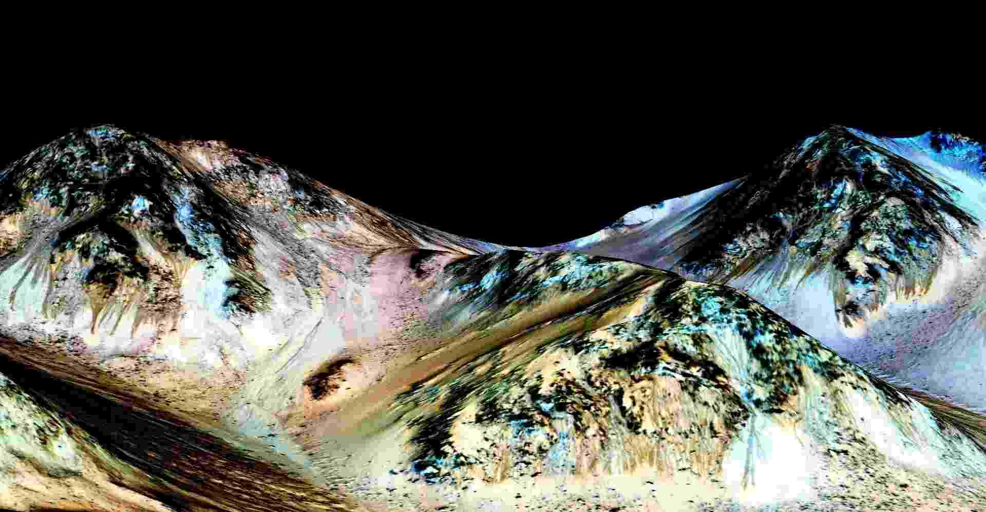 28.set.2015 - As marcas escuras e estreitas, de cerca de 100 m de comprimento por 5 m largura, foram registradas pela sonda MRO em Marte. Cientistas da Nasa, a agência espacial norte-americana, acreditam que os leitos provam que existe água líquida e corrente no planeta - Universidade do Arizona/ NASA/JPL