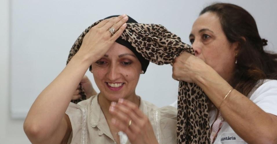 16.out.2015 - Grupo de voluntários do Instituto de Câncer do Estado de São Paulo (ICESP) ensina mulheres que perderam os cabelos devido à quimioterapia a usarem lenços para resgatarem a feminilidade. Além dos lenços, o grupo oferece perucas e serviços de beleza como maquiagem e manicure, para ajudar no bem-estar psicológico das pacientes
