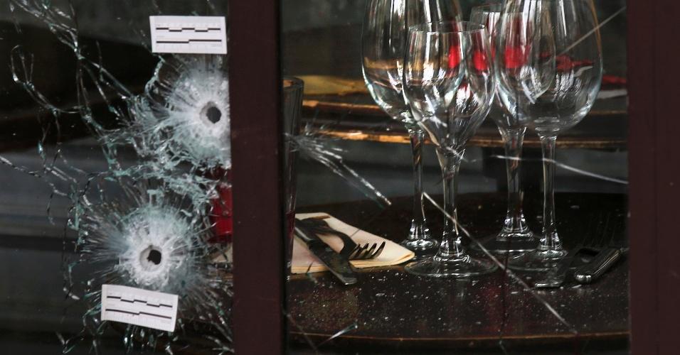 14.nov.2015 - Buracos de bala em vitrine de restaurante em Paris, no dia seguinte aos atentados que mataram 127 pessoas