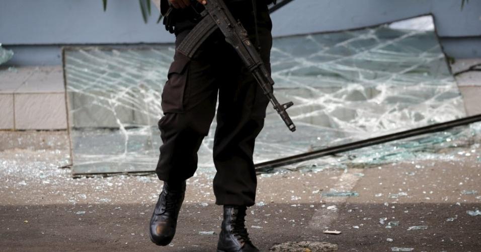 14.jan.2015 - Soldados indonésio segura arma em rua de Jacarta, na Indonésia, após ataque a bomba. Uma série de explosões e um tiroteio deixou, ao menos sete mortos. A polícia detalhou que o ataque foi cometido por entre 10 e 14 homens armados e que ao menos cinco deles foram mortos ou se explodiram