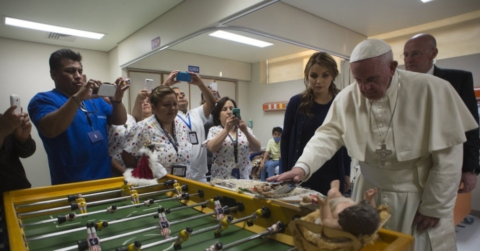 15.fev.2016 - O papa Francisco visitou neste domingo (15) o hospital pediátrico Federico Gómez, na Cidade do México, após ter celebrado missa aberta em Ecatepec, para centenas de milhares de pessoas. O papa fica no México até quinta-feira (18), quando retorna à Itália