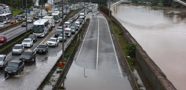 Marginal Tietê fica alagada e com congestionamento na altura da ponte da Casa Verde - Marcos Bezerra/Futura Press/Estadão Conteúdo