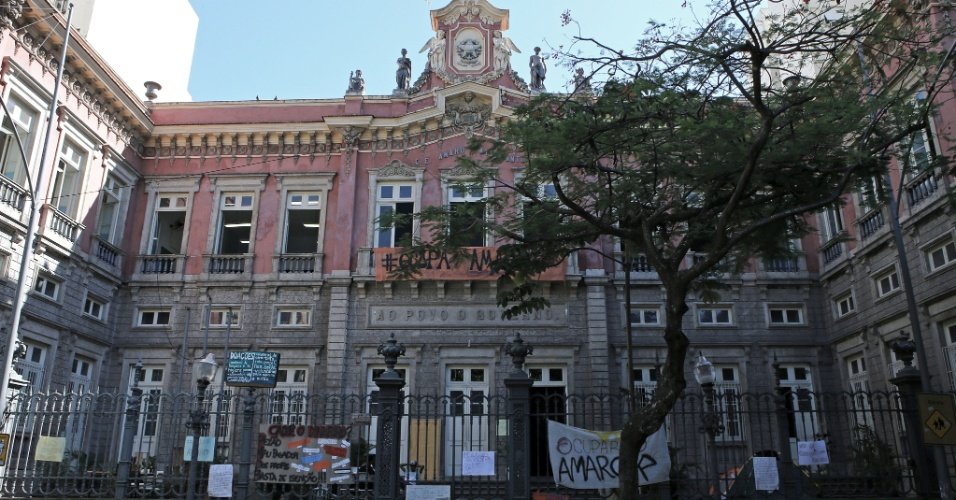 20.abr2016 - Fachada do imponente Colégio Estadual Amaro Cavalcanti, localizado no Largo do Machado, na zona sul do Rio. A escola foi inaugurada pelo imperador D. Pedro 2º em 1875