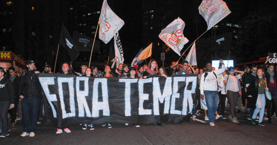 13.mai.2016 - Manifestantes protestam contra o presidente interino Michel Temer e a favor da prisão do deputado federal afastado Eduardo Cunha (PMDB-RJ) em Porto Alegre