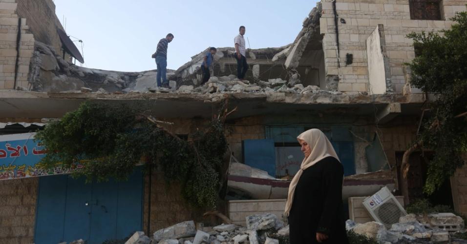 18.jul.2016 - Mulher passa em frente aos escombros de casa demolida na vila Qabatiayh, na Cisjordânia, que pertencia a palestino acusado de ter participado de ataque que matou uma policial em Jerusalém. A casa foi demolida por militares israelenses como parte da política implementada pelo país para desentimular atentados contra seus cidadãos