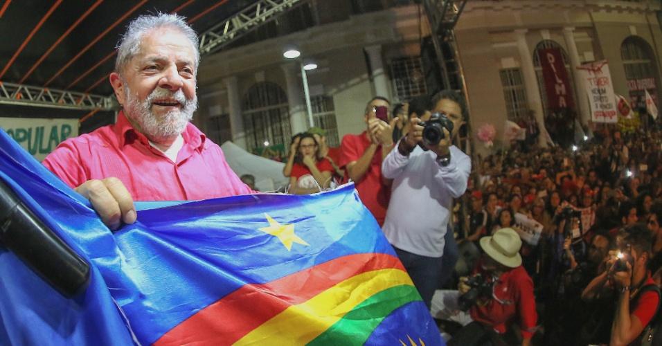 18.jul.2016 - O ex-presidente Luiz Inácio Lula da Silva participa de ato organizado pela Frente Brasil Popular, em frente ao marco zero do Recife (PE). Foi o último compromisso da viagem de três dias de Lula a quatro cidades de Pernambuco e uma da Bahia. O ex-presidente criticou o