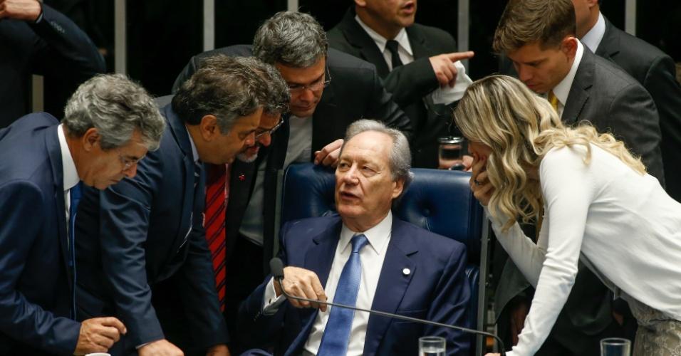9.ago.2016 - Senadores ficam ao lado do presidente do STF, Ricardo Lewandowski, durante sessão no Senado para votação do processo de impeachment de Dilma Rousseff. Quando questionado sobre a duração da votação, Lewandowski afirmou que vai depender do número de senadores inscritos