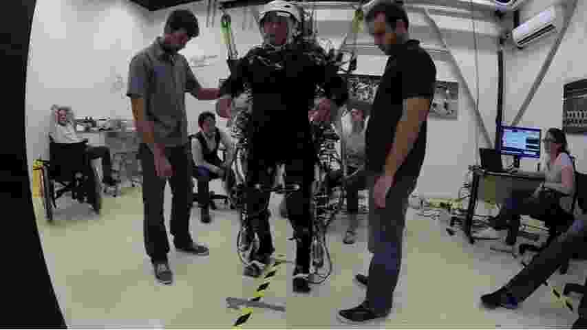 10.ago.2016 - Os pacientes paraplégicos acompanhados pelo grupo do Neurocientista Miguel Nicolelis receberam treinamentos com uso de realidade virtual e de robótica, como o exoesqueleto da foto. Seis homens e duas mulheres tiveram progressos significativos nos movimentos - Reprodução/Nature/Lente Viva Filmes