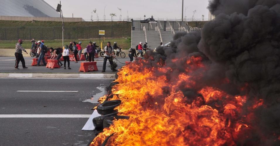 Manifestantes bloqueiam a avenida Radial Leste, no sentido centro, em São Paulo