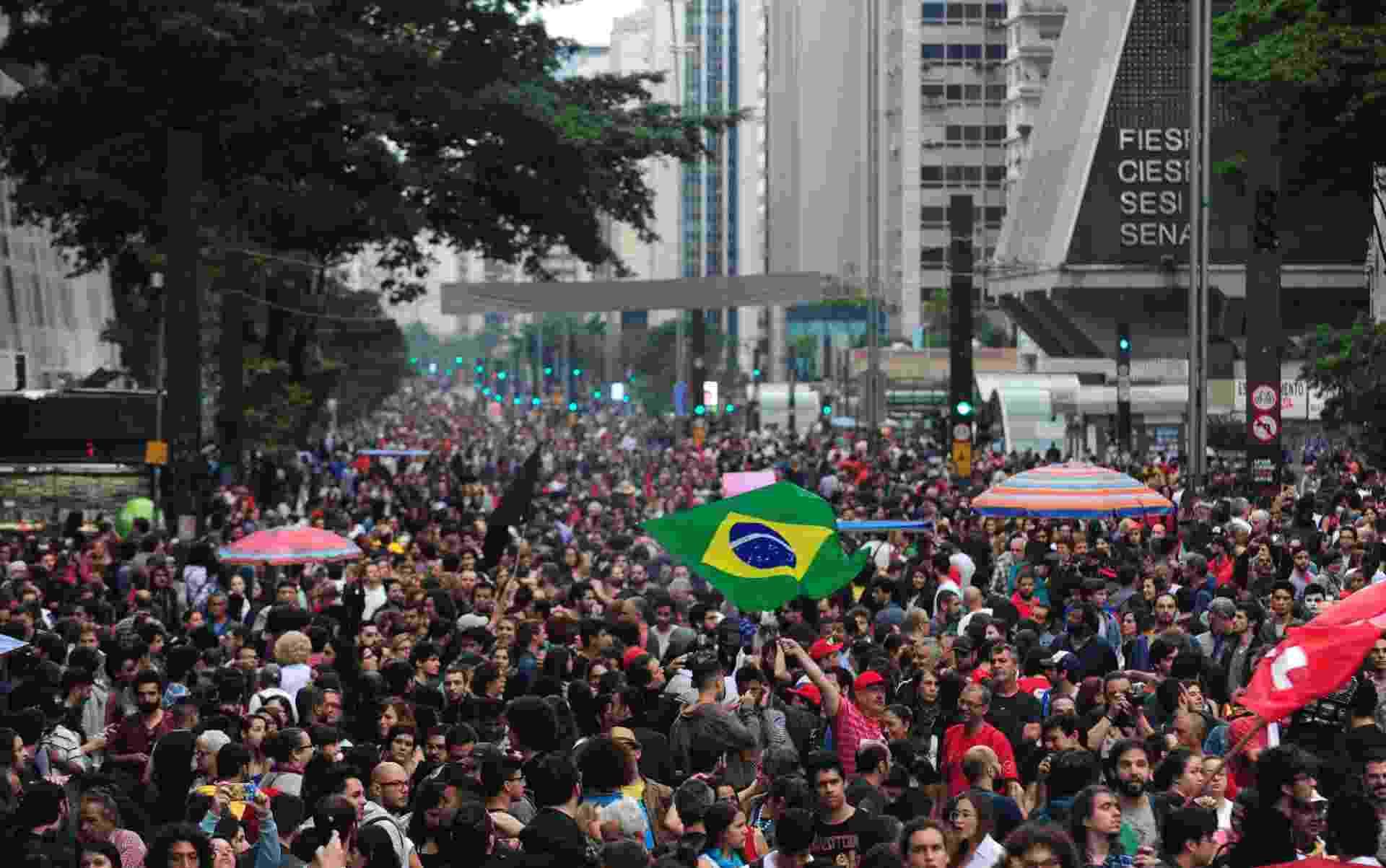 4.set.2016 - Avenida Paulista, em São Paulo, é tomada por manifestantes em grande ato contra o atual presidente Michel Temer (PMDB). Protesto, convocado por movimentos sociais e centrais sindicais, levou milhares de pessoas que pedem a saída de Temer - Júnior Lago/UOL