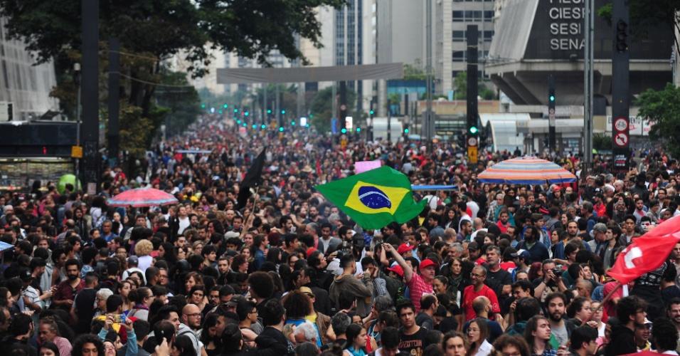 4.set.2016 - Avenida Paulista, em São Paulo, é tomada por manifestantes em grande ato contra o atual presidente Michel Temer (PMDB). Protesto, convocado por movimentos sociais e centrais sindicais, levou milhares de pessoas que pedem a saída de Temer