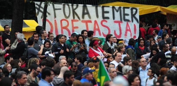 """Faixa com o pedido por """"Diretas Já"""" é exibida na avenida Paulista, em São Paulo, durante ato contra Temer"""