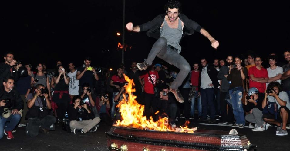 """Manifestantes ateiam fogo a caixão que simbolizava o """"enterro de Michel Temer"""" durante protesto no largo da Batata, em São Paulo"""