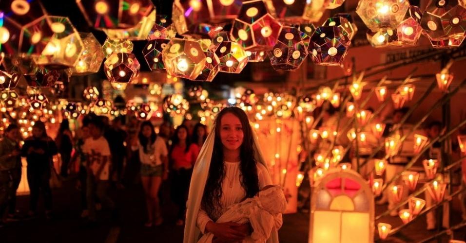 8.set.2016 - Menina vestida como a Virgem Maria posa para foto no Festival das Lanternas, que celebra a véspera do nascimento da Mãe de Jesus em Ahuchapan, El Salvador. A Natividade de Nossa Senhora é celebrada pelos católicos no dia 8 de setembro
