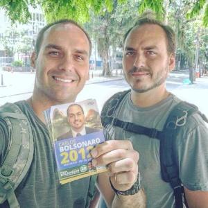 Carlos Bolsonaro (à dir.) faz campanha com o irmão Eduardo Bolsonaro (PSC-SP), deputado federal