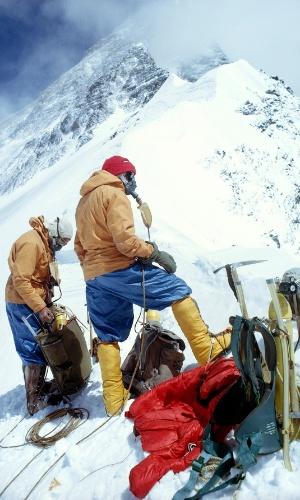 4.out.2016 - Alpinistas descansam no cume do Monte Everest, na cordilheira do Himalaia, que está a 8,8 km de altitude. A grande maioria das pessoas que escala o Everest precisa de suplemento de oxigênio