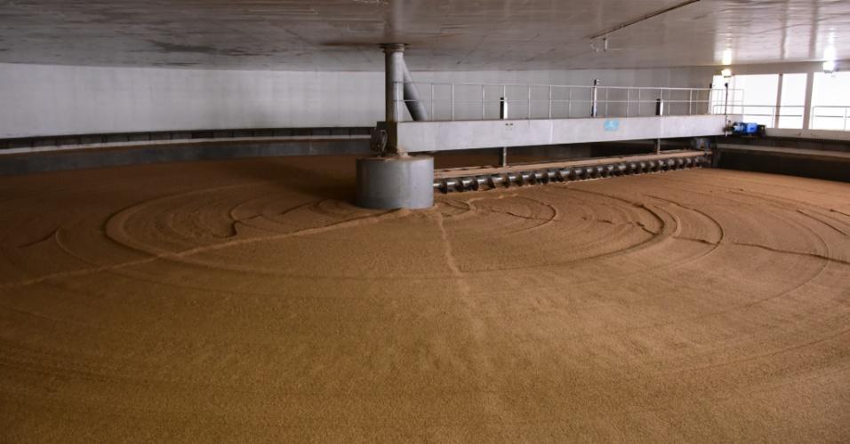 24.out.2016 - Maltaria da Ambev em Passo Fundo (RS); transformação da cevada em malte, ingrediente da cerveja