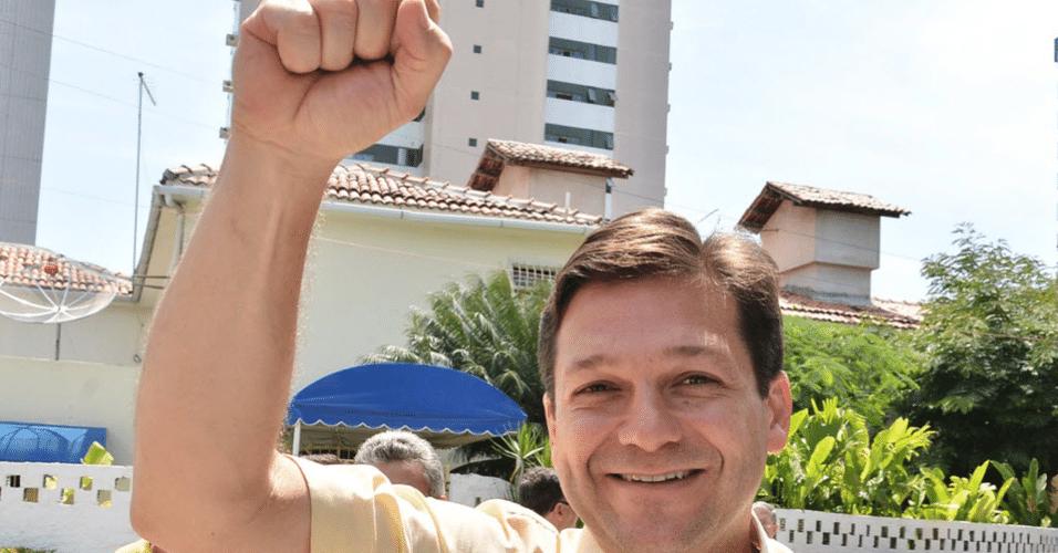 30.out.2016 - O candidato à prefeitura de Recife, Geraldo Julio, celebra após votação no Centro de Formação de Educadores do Recife Professor Paulo Freire, no domingo