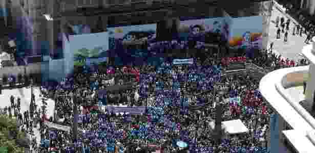 8.nov.2016 - Servidores do Estado do Rio de Janeiro foram às ruas do centro da capital fluminense vestidos de preto, em protesto contra o pacote de auteridades anunciados pelo governo - Fotoarena/Ag. O Globo