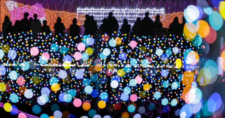 2.dez.2016 - Espetáculo de luzes celebra o Natal e o Ano Novo em um parque de diversões em Tóquio, no Japão