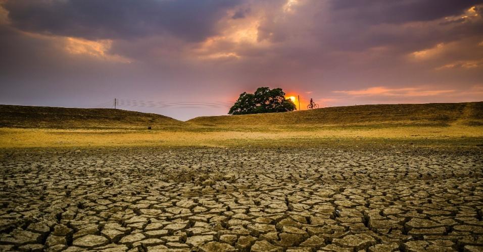 O chão batido mostra: onde deveria haver água, agora há seca. A fotografia aponta um problema grave de seca no verão de Puruliya, na Índia. A imagem ficou ainda mais bela com a composição do pôr do sol e o ciclista ao fundo