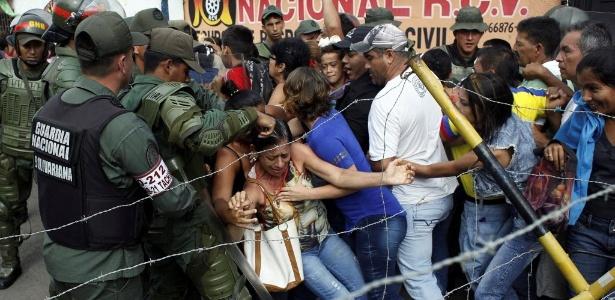 Venezuelanos são contidos pela Guarda Nacional, em Urena, fronteira com a Colômbia
