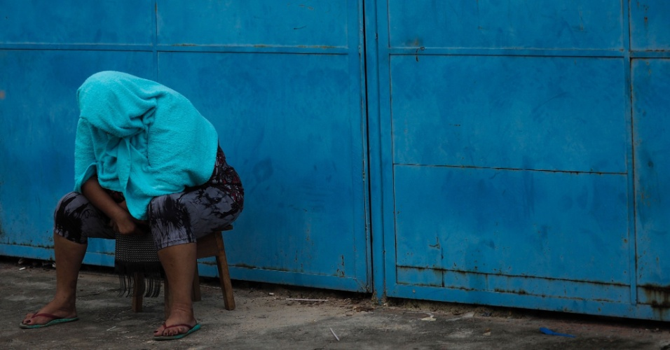 8.jan.2017 - Mulher aguarda por informação do lado de fora da Cadeia Pública Raimundo Vidal Pessoa, no centro de Manaus, depois de motim que deixou um saldo de ao menos 4 mortos na madrugada