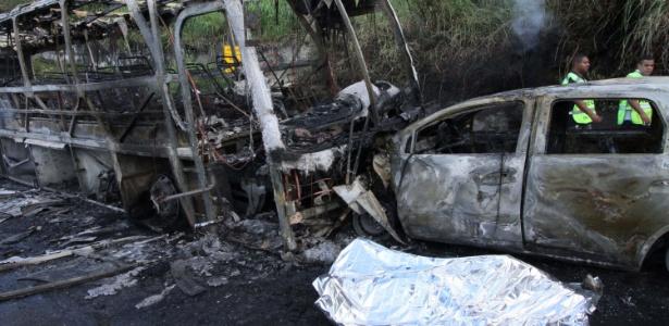 Veículos pegaram fogo após acidente na avenida Niemeyer; uma pessoa morreu