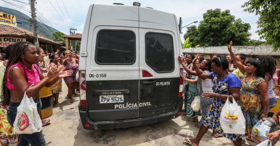 Familiares de presos em Bangu se revoltam com sistema de vistoria na penitenciária. Cerca de 1.000 pessoas formavam fila, mas foram distrubuídas 400 senhas. Familiares de detentos com senhas não conseguiram entrar na penitenciária. Ao meio-dia foram encerradas as visitas. Segundo os familiares de detentos, apenas 280 pessoas conseguiram acesso.