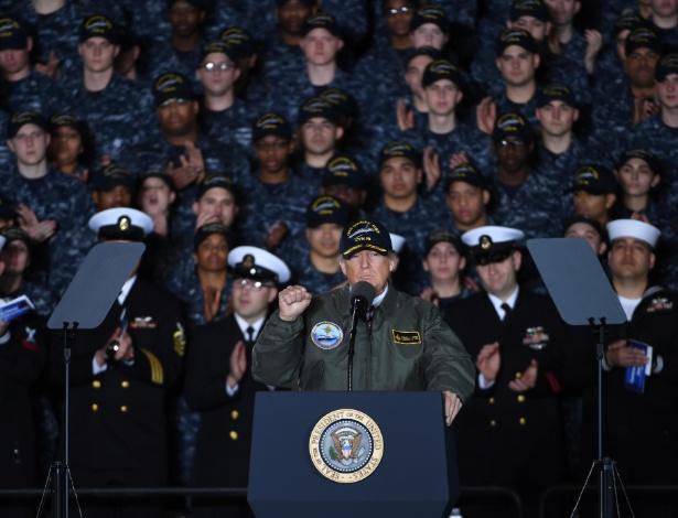 Trump faz discurso a bordo do porta-aviões Gerald R. Ford, na cidade de Newport News