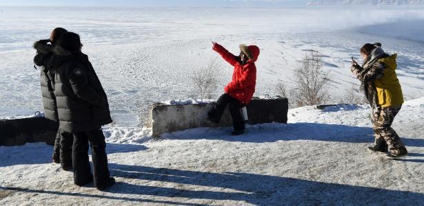 Turistas chineses tiram foto na margem ocidental do lago Baikal, próximo a Listvyanka