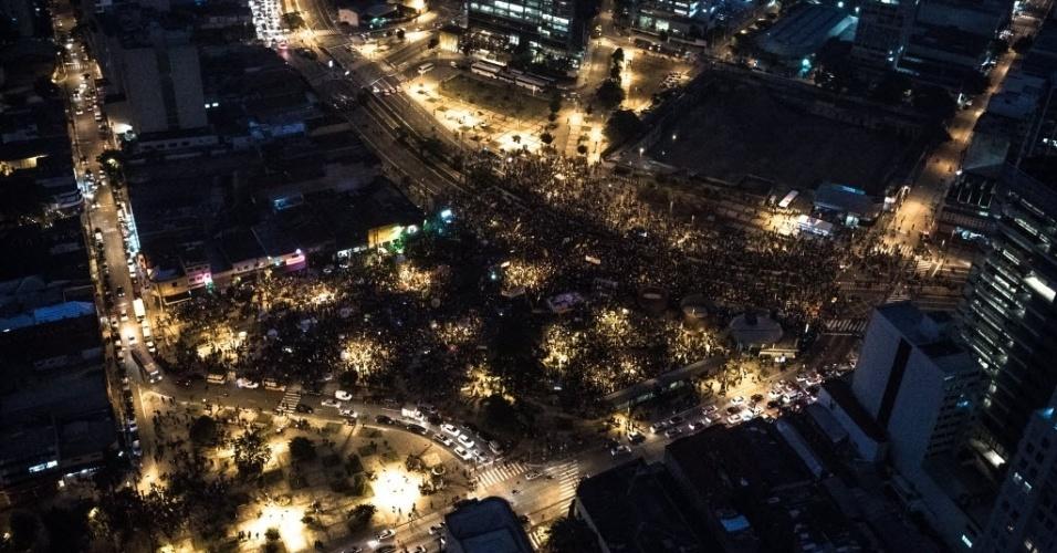28.abr.2017 - Imagem aérea mostra concentração de manifestantes no Largo da Batata, na zona oeste de São Paulo, na noite desta sexta sexta-feira. Organizadores estimam que 70 mil pessoas estão no local para protestar contra as reformas da Previdência e trabalhista