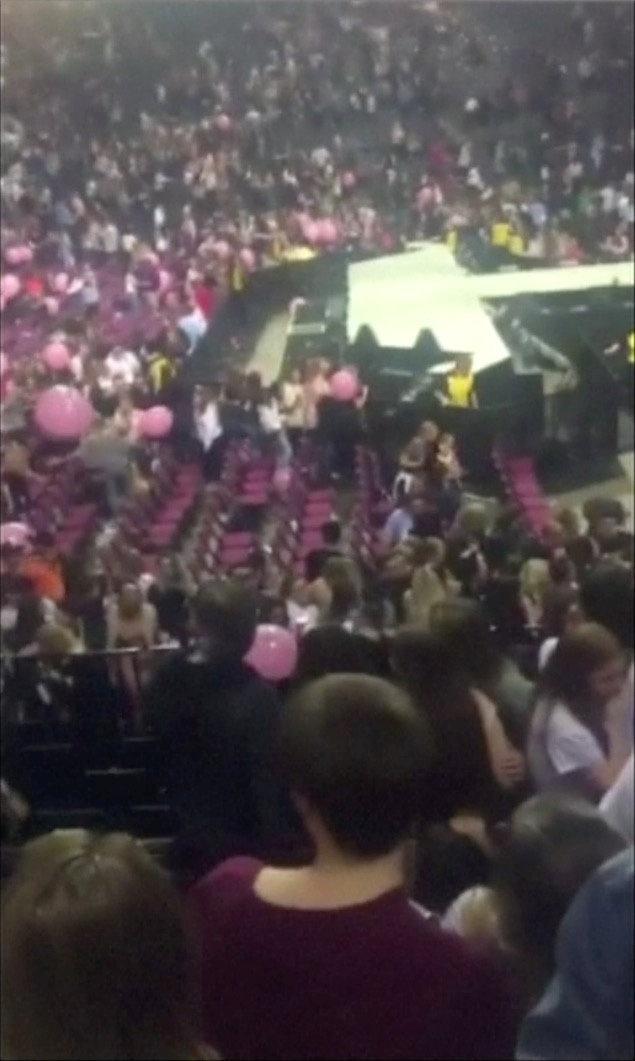 22.mai.2017 - Imagem retirada de vídeo mostra momento em que as pessoas começam a fugir de show de Ariana Grande, na Manchester Arena, após ouvirem explosão