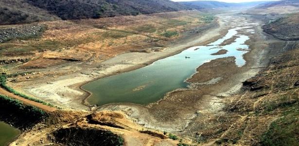 Barragem de Jucazinho, no agreste pernambucano, está vazia por causa da seca