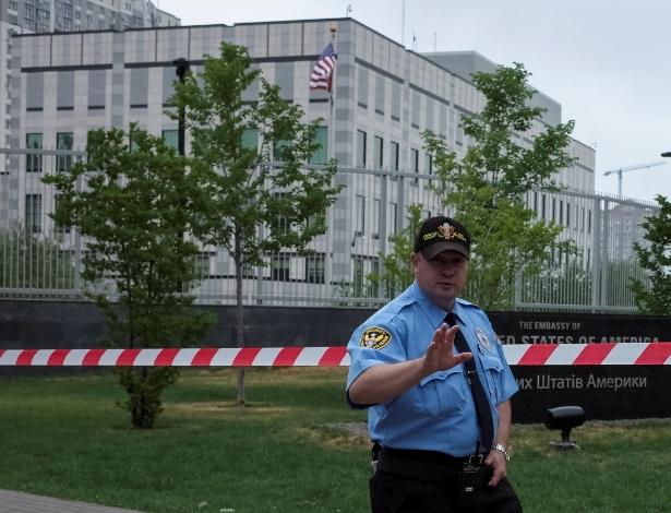 Guarda mantém a segurança na frente da embaixada americana em Kiev após bomba