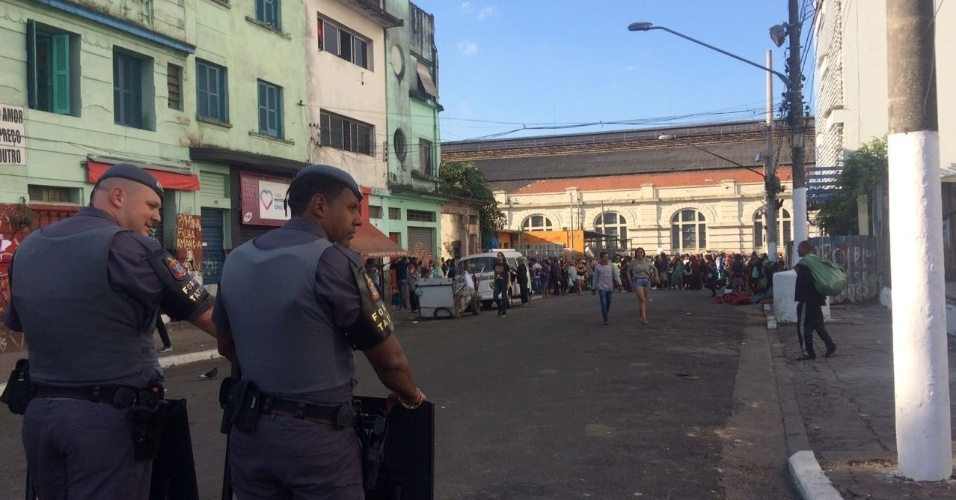 22.jun.2017 - Os agentes da PM (Polícia Militar) e da GCM (Guarda Civil Metropolitana) cercaram a nova concentração de usuários para evitar que eles dispersassem por outras ruas da região central de São Paulo