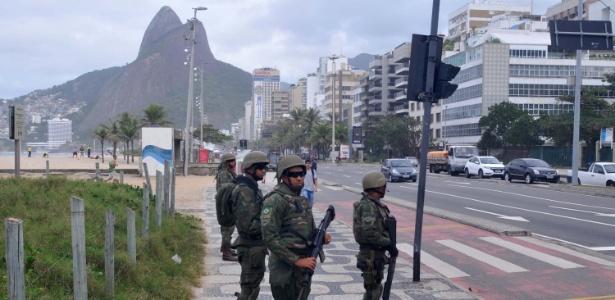 29.jul.2017 - Agentes da Força de Segurança, da Polícia Rodoviária Federal, e soldados das Forças Armadas trabalham no reforço da segurança pública no Rio de Janeiro